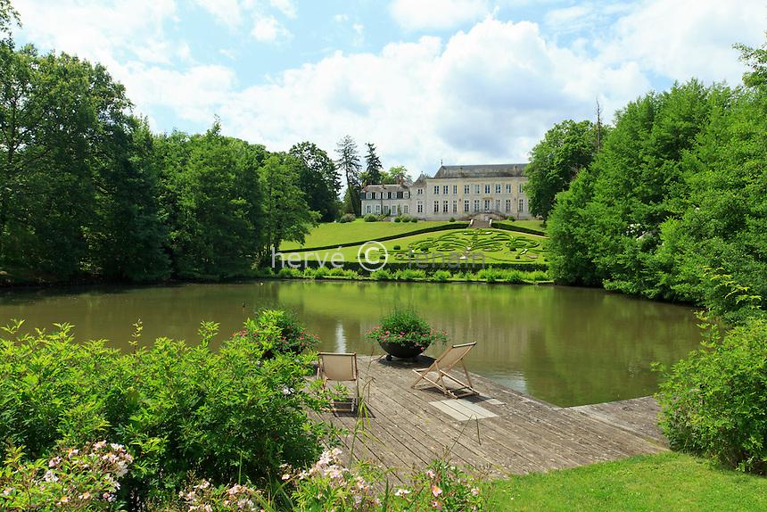France, Loiret (45), Orléans-la-Source, Parc Floral de la Source, la roseraie, le miroir d'eau et le château // France, Loiret, Orleans la Source, Parc Floral de la Source, the rosary, the pond and the castle