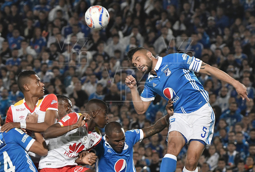 BOGOTA - COLOMBIA, 13-12-2017: Andres Cadavid (Der) jugador de Millonarios disputa el balón con Dairon Mosquera (centro Izq)  y William Tesillo (Izq)jugadores de Independiente Santa Fe durante partido partido por la final ida de la Liga Aguila II 2017jugado en el estadio Nemesio Camacho El Campin de la ciudad de Bogotá. / Andres Cadavid (R) player of Millonarios fights for the ball with Dairon Mosquera (center L) and William Tesillo (L) player of Independiente Santa Fe during first leg match for the final of the Liga Aguila II 2017played at the Nemesio Camacho El Campin Stadium in Bogota city. Photo: VizzorImage / Gabriel Aponte / Staff.
