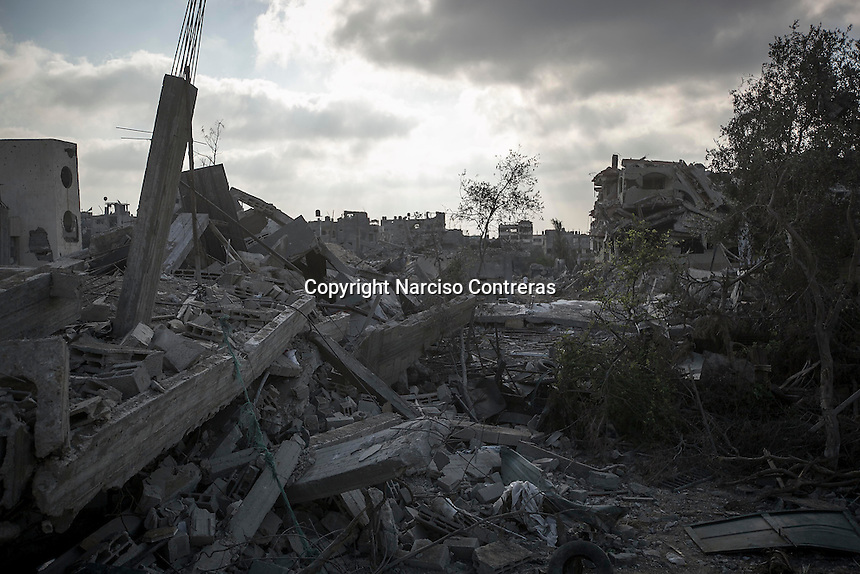 "In this Friday, Aug. 15, 2014 photo, destroyed house buildings are seen in Shuyaja neighborhood after it was attacked during the ""Protective Edge"" Israeli military operation in Gaza Strip. (Photo/Narciso Contreras)"