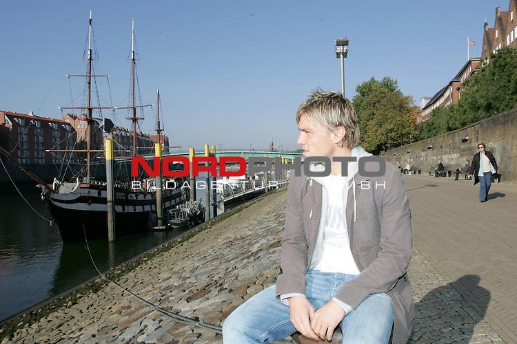 FBL 2006/2007 - Clemens Fritz -  Werder Bremen<br /> <br /> Clemens Fritz schaut an der Schlachte auf die Weser.<br /> <br /> Foto &copy; nordphoto <br /> <br /> <br /> <br />  *** Local Caption ***