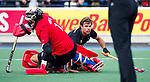 UTRECHT - Dick Mohlmann (HGC) met keeper David Harte (Kampong)  tijdens de hoofdklasse  hockeywedstrijd heren, Kampong-HGC (3-3) . COPYRIGHT KOEN SUYK