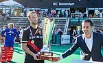 ROTTERDAM-  finale ABN AMRO CUP 2019. Bloemendaal-Amsterdam (1-3) .  Marco Moers, Senior Activation Manager van ABN AMRO met Billy Bakker (Adam) en de Jan Hagendijk Trofee.   COPYRIGHT KOEN SUYK.