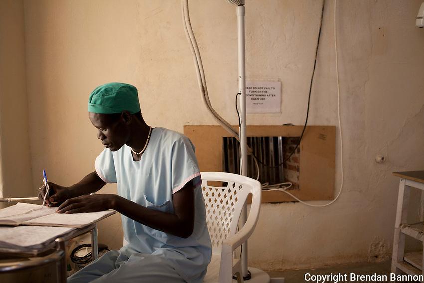Tut Thok, MSF scrub nurse in the operating theatre in Nasir, South Sudan.