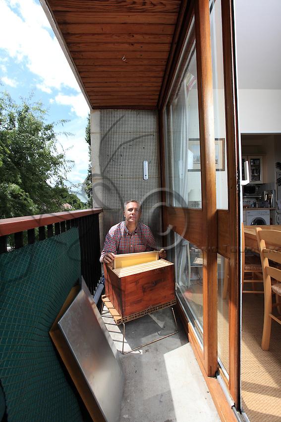 Nicolas Geant, beekeeper in his Paris apartment