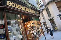 - Barcellona, hats shop in the Ciutat Vella district....- Barcellona, negozio di cappelli nel quartiere della Ciutat Vella ....