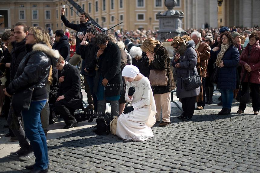 Città del Vaticano, 24 Febbraio, 2013. Pellegrini in preghiera in Piazza San Pietro durante l'ultimo Angelus di Papa Benedetto XVI.