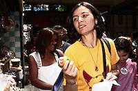 ATENCAO EDITOR: FOTO EMBARGADA PARA VEICULOS INTERNACIONAIS - SÃO PAULO, 29 DE SETEMBRO 2012 - ELEICOES 2012 - SONINHA FRANCINE - A canditada do PPS a prefeitura de Sao Paulo faz corpo a corpo com eleitores no Mercado Municipal de Sao Paulo, zona central da capital, na manhã desse sábado , 29. FOTO LOLA OLIVEIRA-BRAZIL PHOTO PRESS