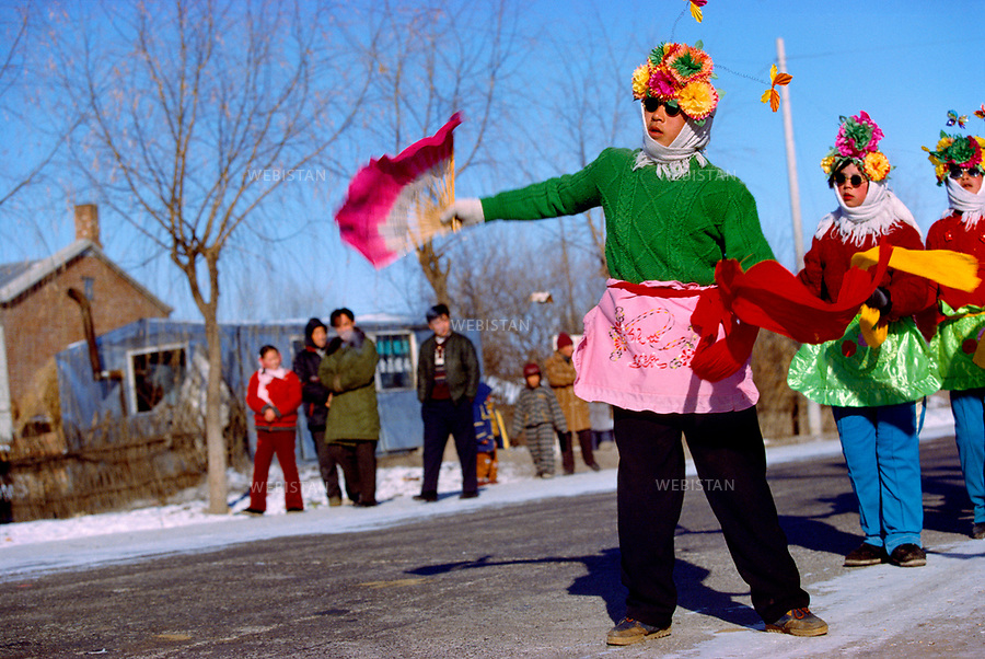 1999..Women sell kites as Chinese New Year approaches, along a road in Harbin...Des femmes vendent des cerfs-volants à l'approche du Nouvel an chinois, sur le bord d'une route à Harbin.