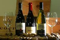 Sao Paulo_SP, Brasil...Detalhe dos vinhos da esquerda para direita: Porcupine Ridge Syrah 2003, Boekenhoustklook Syrah 2002 e o branco Porcupine Ridge Sauvignon Blanc 2004...Detail of wines, from left to right: Porcupine Ridge Syrah 2003, and 2002 Syrah Boekenhoustklook white Porcupine Ridge Sauvignon Blanc 2004...Foto: LEO DRUMOND / NITRO.