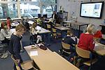 Foto: VidiPhoto<br /> <br /> EDE &ndash; Niet alle scholen gingen donderdag dicht tijdens de landelijke stakingsdag van leraren in het basisonderwijs. Op de evangelische basisschool De Rots in Ede, staakte de helft van het personeel. &lsquo;Slechts&rsquo; twee klassen hadden daarom vrij. Voor de kinderen die wel naar school kwamen waren enkele invalkrachten beschikbaar of werden er alternatieve lessen gegeven, spelletjes gedaan en langere speelpauzes gehouden. Op zo&rsquo;n 90 procent van de basisscholen in Nederland werd donderdag geen les gegeven.