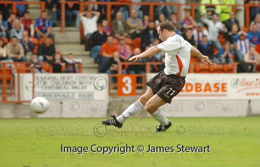 20040508    Copyright Pic: James Stewart.File Name : jspa04_clyde_v_ict.IAN HARTY SCORES CLYDE''S PENALTY.....James Stewart Photo Agency 19 Carronlea Drive, Falkirk. FK2 8DN      Vat Reg No. 607 6932 25.Office     : +44 (0)1324 570906     .Mobile  : +44 (0)7721 416997.Fax         :  +44 (0)1324 570906.E-mail  :  jim@jspa.co.uk.If you require further information then contact Jim Stewart on any of the numbers above.........