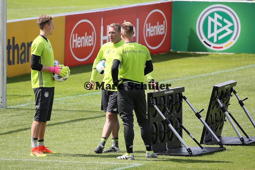 Torwarttrainer Andreas Köpke mit Bernd Leno und Marc-Andre ter Stegen - Training der Deutschen Nationalmannschaft zur EM Vorbereitung in Ascona, Schweiz
