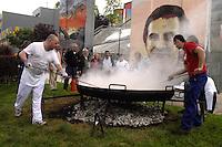 """Paesi Baschi, Bilbao.Festa in piazza per il decimo compleanno del centro sociale Kukutza.La preparazione della """"Paella"""""""