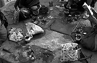 12.2010 Varanasi (Uttar Pradesh)<br /> <br /> Women making puja un the ghat.<br /> <br /> Femmes en train de faire une puja(rituel religieux) sur le ghat.