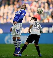 FUSSBALL   1. BUNDESLIGA   SAISON 2011/2012   29. SPIELTAG FC Schalke 04 - Hannover 96                                08.04.2012 Lewis Holtby (li, FC Schalke 04) gegen Manuel Schmiedebach (re, Hannover 96)