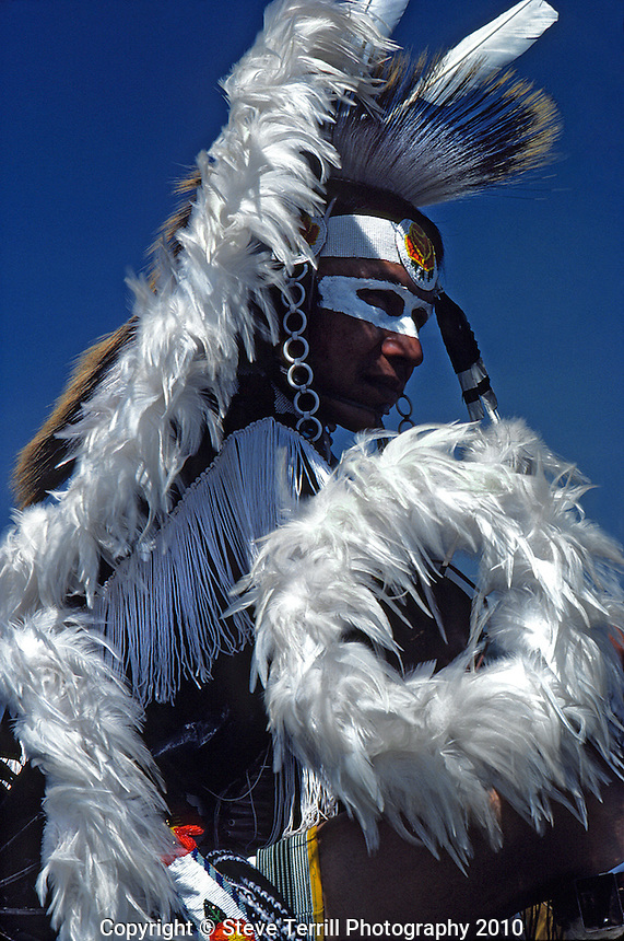 USA, Oregon, Native American in ceremonial dress
