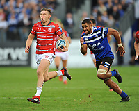 Jason Woodward of Gloucester Rugby races past Taulupe Faletau of Bath Rugby during the Gallagher Premiership Rugby match between Bath Rugby and Gloucester Rugby at The Recreation Ground on Saturday 8th September 2018 (Photo by Rob Munro/Stewart Communications)
