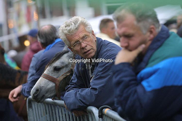 Foto: VidiPhoto..ELST - Tegen alle verwachtingen in zijn er maandag op de paardenmarkt in Elst (Gld) minder dieren aangevoerd dan verwacht. Vorig jaar waren er ongeveer 2000 paarden en pony's. Ditmaal lag dat aantal rond de 1800, terwijl men juist meer handel verwachtte na de MKZ-crisis. Bovendien blijkt de trend van lage prijzen voor pony's zich door te zetten. Het aantal bezoekers lag rond de 30.000. De paardenmarkt van Elst dateert uit de 16e eeuw en is daarmee de oudste paardenmarkt van Nederland. De Elster paardenmarkt is na Hedel en Zuid-Laren de derde in grootte.