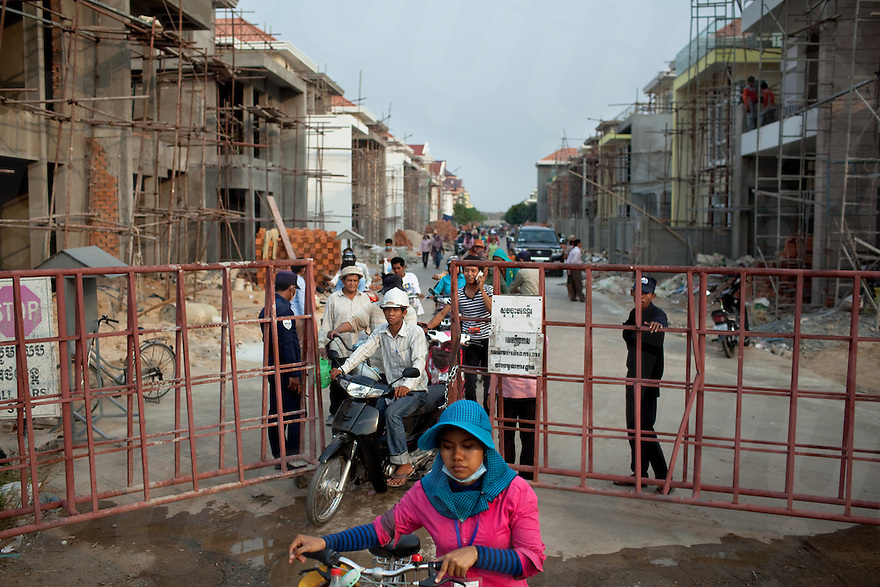 March 30, 2012 - Phnom Penh, Cambodia. Workers leave after their shift on a construction site on Koh Pich island. © Nicolas Axelrod / Ruom