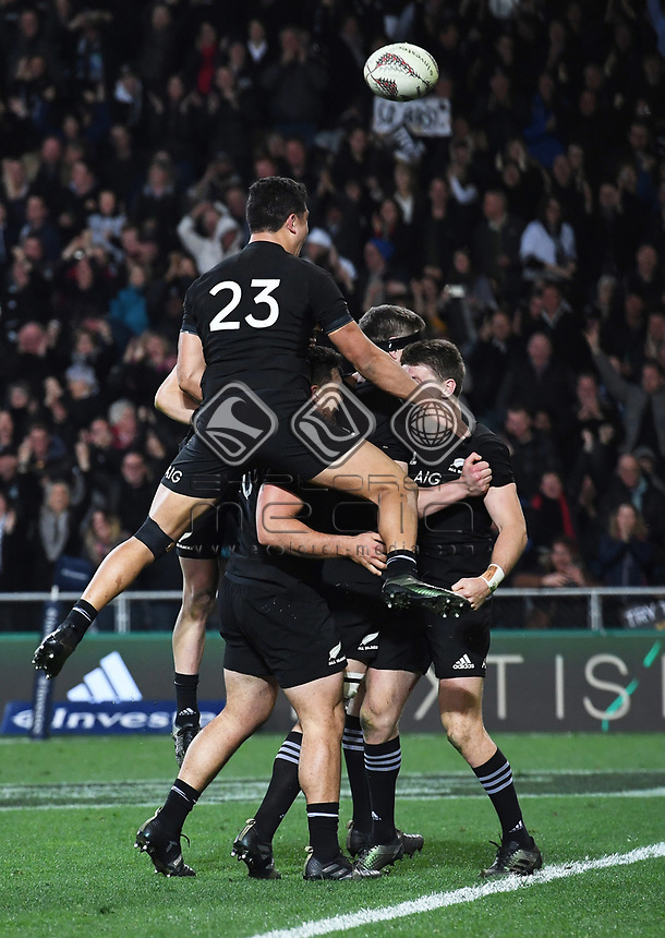 Beauden Barrett scores the match winning try in the last seconds of the match.<br /> Bledisloe Cup and Rugby Championship test match. New Zealand All Blacks v Australian Wallabies at Forsyth Barr Stadium, Dunedin, New Zealand. Saturday 26 August 2017. © Copyright photo: Andrew Cornaga / www.Photosport.nz
