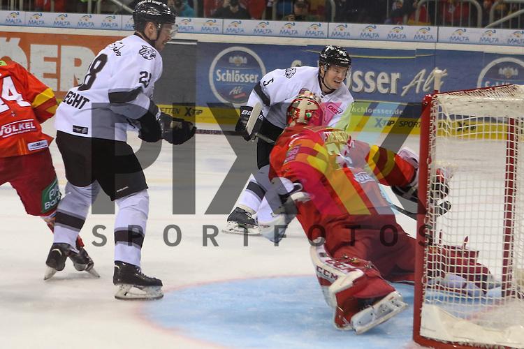 Nuernbergs Daniel Syvret (Nr.5) scheitert an Duesseldorfs Goalie Mathias Niederberger (Nr.35)  beim Spiel in der DEL Duesseldorfer EG (rot) - Nuernberg Ice Tigers (weiss).<br /> <br /> Foto &copy; PIX-Sportfotos *** Foto ist honorarpflichtig! *** Auf Anfrage in hoeherer Qualitaet/Aufloesung. Belegexemplar erbeten. Veroeffentlichung ausschliesslich fuer journalistisch-publizistische Zwecke. For editorial use only.