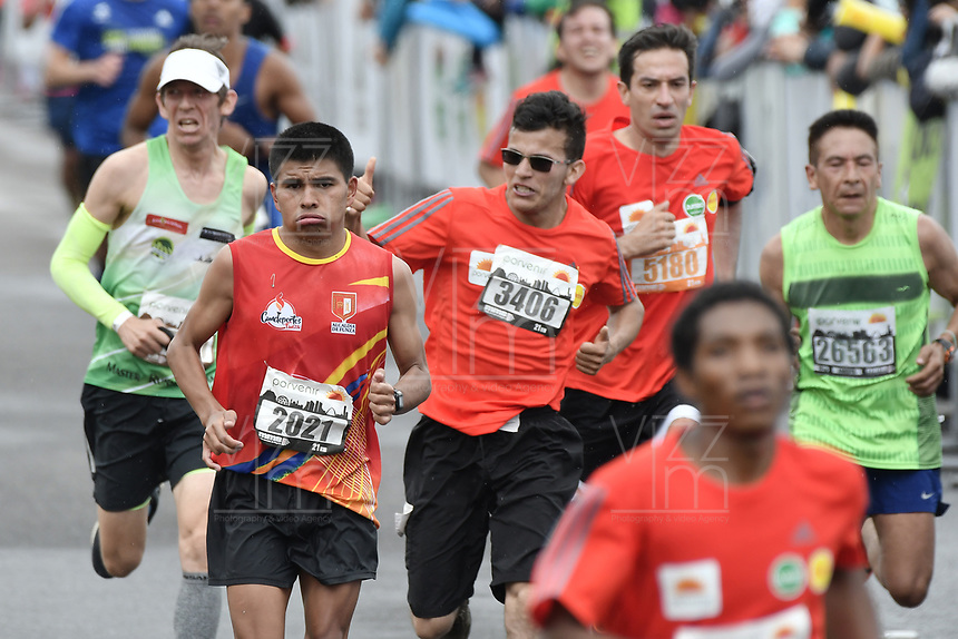 BOGOTÁ -COLOMBIA, 30-07-2017: Aspecto de los participantes en la media maratón de Bogotá 2017, mmB. Con sus tradicionales 21km, en esta ocasión el ganador en elite varones fue Feyisa Lilesa de Etiopía, con un tiempo de 1h 04m 30s, y en elite mujeres Brigid Kosgei de Kenia con un tiempo de 1h 12m 16s. / Aspect of the people during the half marathon of Bogota 2017, mmB. With its 21Km in this edition the winner was Feyisa Lilesa of Ethiopia in elite men category with a time of 1h 05m 16s, and in elite women the winner was Brigid Kosgei of Kenya with a time of 1h 12m 16s. Photo: VizzorImage/ Gabriel Aponte / Staff