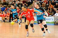 links Elisabeth Garcia (TSV) am Ball gegen rechts Friederike Luetz (BSV)