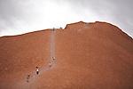 Parc national d'Uluru- Kata Tjuta.L'escalade d' Uluru  est toujours permise pour des questions d'économie (un touriste sur deux vient pour gravir ce monolithe) mais les aborigènes déconseillent aux visiteurs d'y monter.