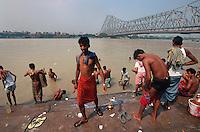 Indien, Kalkutta (Kolkata), Baden am Babu Ghat im Hooghly River (Ganges), Howrah-Brücke