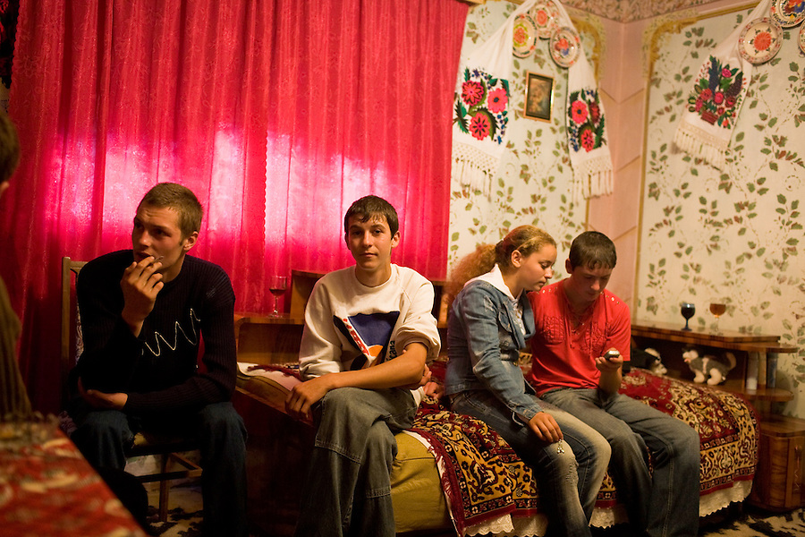 ROMANIA / Maramures / Breb / 03.09.2006 ..Youth gathering and checking text messages. ..© Davin Ellicson / Anzenberger