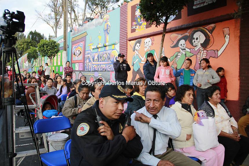 M&eacute;xico DF 01/Noviembre/2014.<br /> En el marco de las festividades de D&iacute;a de Muertos, se realizaron diferentes actividades por estudiantes de la Universidad Aut&oacute;noma de la Ciudad de M&eacute;xico (UACM), dentro y fuera de la Universidad plantel Tezonco, donde se les hizo una cordial invitaci&oacute;n a los vecinos del Pueblo de San Lorenzo Tezonco de la delegaci&oacute;n Iztapalapa, para disfrutar de las diversas actividades que ofrecieron los estudiantes, las que destaca el recorrido terror&iacute;fico dentro de las instalaciones dicho plantel, inauguraci&oacute;n del mural &ldquo;La Ultima Estaci&oacute;n&rdquo; a las afueras del pante&oacute;n de San Lorenzo Tezonco, conferencia &ldquo;Del Mictlan al Tepeyac&rdquo; dada por Juan Manuel Contreras Col&iacute;n, acad&eacute;mico de dicha instituci&oacute;n.<br /> <br /> Cabe destacar que en dichas actividades se hizo menci&oacute;n a los 43 Estudiantes de la Escuela Normal Rural de Ayotzinapa, que se encuentran desaparecidos desde el pasado 26 de septiembre del a&ntilde;o en curso.