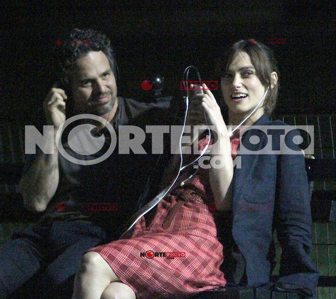 """NEW YORK,NY - JULY 20,2012; Mark Ruffalo and Keira Knightley shooting on location in Central Park for the new VH-1 movie """"Can a Song Save Your Life?"""" in New York City. © RW/MediaPunch Inc. *NortePhoto.com*<br /> **SOLO*VENTA*EN*MEXICO**<br />  **CREDITO*OBLIGATORIO** *No*Venta*A*Terceros*<br /> *No*Sale*So*third* ***No*Se*Permite*Hacer Archivo***No*Sale*So*third*©Imagenes*con derechos*de*autor©todos*reservados*."""