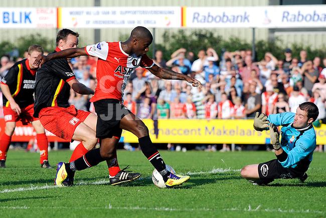ERICA - SC Erica - Feyenoord voorbereiding seizoen 2011-2012 05-07-2011 Feyenoord speler Guyon Fernandez (m) mist grote kans voor doelman Roy Lubbe van Erica