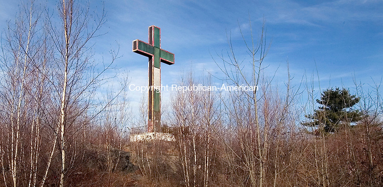 WATERBURY, CT. 08 January 2008-010408SV04-- The Holy Land Cross will be dismantled and rebuilt with new lighting.<br /> Steven Valenti Republican-American