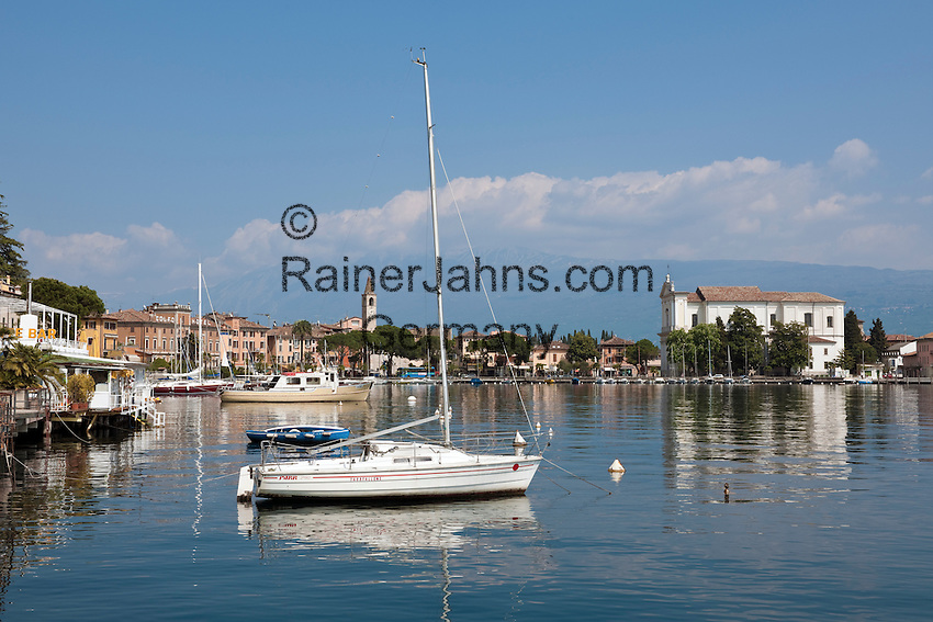 Italy, Lombardia, Lake Garda, Toscolano-Maderno: small harbour at South Bank of Lake Garda with a year-round car-ferry to Torri del Benaco | Italien, Lombardei, Gardasee, Toscolano-Maderno: kleiner Hafen am Suedufer des Gardasees, es besteht eine ganzjaehrige Auto-Faehrverbindung nach Torri del Benaco