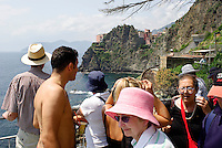 "Turisti lungo la ""Via dell'Amore"" alle Cinque Terre. Sullo sfondo: Manarola (La Spezia) --- Tourists on the ""Via dell'Amore (The Way of Love) in the Cinque Terre National Park. On the background: Manarola (La Spezia)"