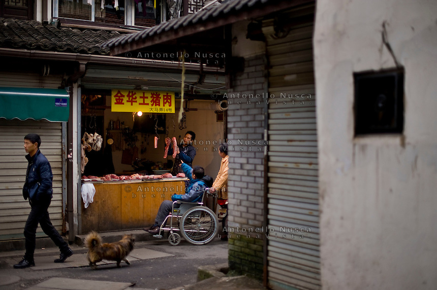 Hangzhou,Cina, 3 Marzo, 2015. Un mercato in un quartiere popolare di Hangzhou.<br /> People walking in a market in Hangzhou