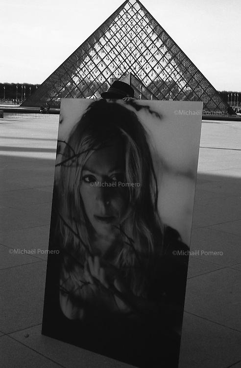 10.2010 Paris (&icirc;le de france)<br /> <br /> Homme tenant une photographie devant le mus&eacute;e du Louvre.<br /> <br /> Man taking a photograph in front of the Louvre.
