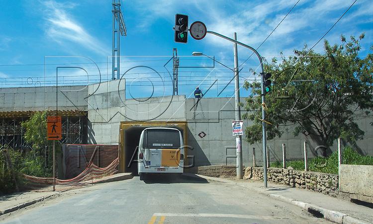 Micro-ônibus de linha urbana trafegando em túnel estreito, São Paulo - SP, 10/2016.