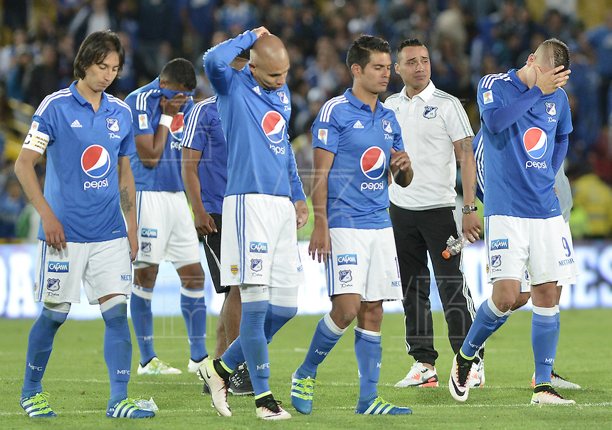 BOGOTA - COLOMBIA -05 -06-2016: Jugadores de Millonarios lamentan la eliminación de su equipo a las semifinales después del encuentro de vuelta con Atlético Junior por los cuadrangulares finales de la Liga Aguila I 2016 jugado en el estadio Nemesio Camacho El Campin de la ciudad de Bogota./ Players of Millonarios looks disappointed by the elimination of their team to the semifinals after the second leg match against Atletico Junior for the finals quadrangular of the Liga Aguila I 2016 played at the Nemesio Camacho El Campin Stadium in Bogota city. Photo: VizzorImage / Gabriel Aponte / Staff.