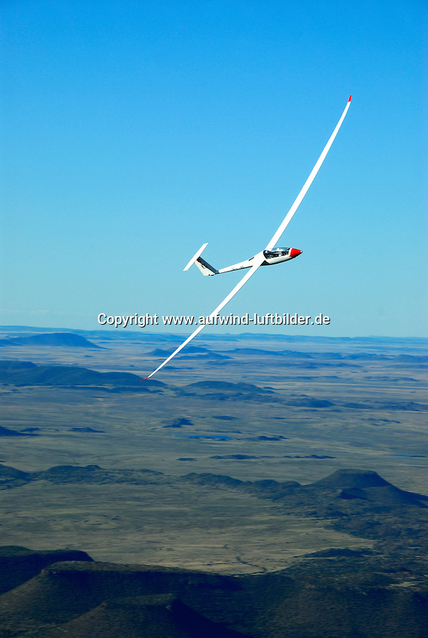 4415 / Nimbus 3D: AFRIKA, SUEDAFRIKA, 09.01.2007:Offene Klasse Flugzeug Nimbus 3Dueber der Wueste Karoo