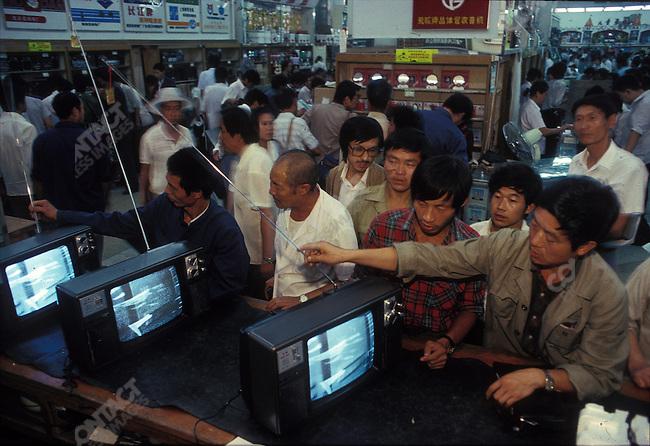 Bai-Jo-Da-Lou department store, Beijing, China, September 1988...1992 © Alon REININGER (CONTACT PRESS IMAGES)
