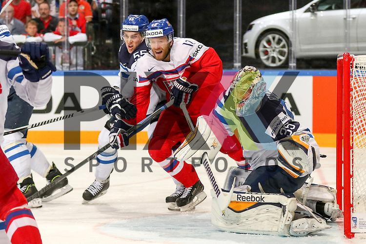 Tschechiens Novotny, Jiri (Nr.12)(Lokomotiv Yaroslavi) im Zweikampf mit Finnlands Ohtamaa, Atte (Nr.55)(Jokerit Helsiniki) vor Finnlands Rinne, Pekka (Nr.35)(Nashville Predators)  im Spiel IIHF WC15 Czech Republic vs. Finland.<br /> <br /> Foto &copy; P-I-X.org *** Foto ist honorarpflichtig! *** Auf Anfrage in hoeherer Qualitaet/Aufloesung. Belegexemplar erbeten. Veroeffentlichung ausschliesslich fuer journalistisch-publizistische Zwecke. For editorial use only.