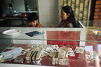 CAMBODIA, city Phnom Penh, chinese business people in money exchange office / Kambodscha Phnom Penh, Chinesische Geschaeftsleute in Geld Wechselstube