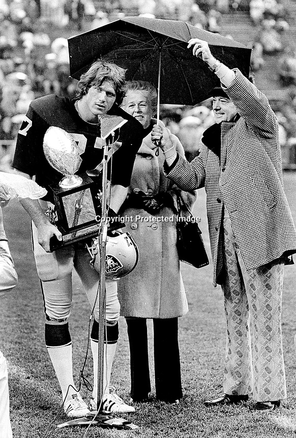 Raiders Dave Casper accepts award before game. (1978 photo/Ron Riesterer)