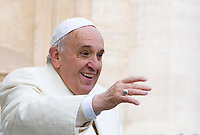 Papa Francesco saluta i fedeli al suo arrivo all'udienza generale del mercoledi' in Piazza San Pietro, Citta' del Vaticano, 29 ottobre 2014.<br /> Pope Francis waves to faithful as he arrives for his weekly general audience in St. Peter's Square at the Vatican, 29 October 2014.<br /> UPDATE IMAGES PRESS/Riccardo De Luca<br /> <br /> STRICTLY ONLY FOR EDITORIAL USE