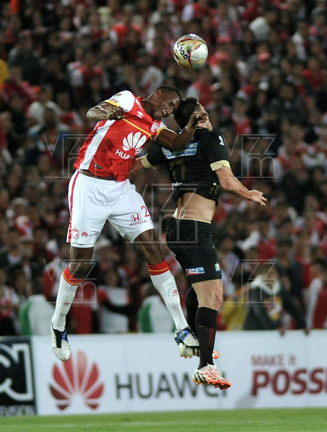 BOGOTA - COLOMBIA - 11-03-2015: Yair Arrechea (Izq.) jugador de Independiente Santa Fe disputa el balón con Sebastian Penco (Der.) jugador de Once Caldas, durante partido por la fecha  9 entre Independiente Santa Fe y Cortulua de la Liga Aguila I-2015, en el estadio Nemesio Camacho El Campin de la ciudad de Bogota. / Yair Arrechea (L) player of Independiente Santa Fe struggles for the ball with Sebastian Penco (R) player of Once Caldas,  during a match of the 9 date between Independiente Santa Fe and Cortulua for the Liga Aguila I -2015 at the Nemesio Camacho El Campin Stadium in Bogota city, Photo: VizzorImage / Luis Ramirez / Staff.