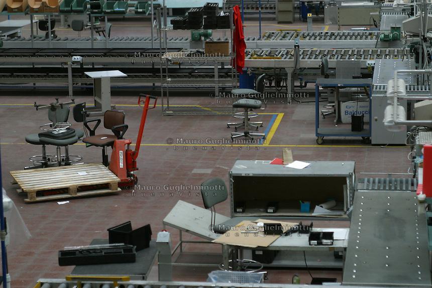 ITALIA- Scarmagno (IVREA) - ex stabilimenti Olivetti - personale in Cassa Integrazione fotografato nel luogo di lavoro ora chiuso.