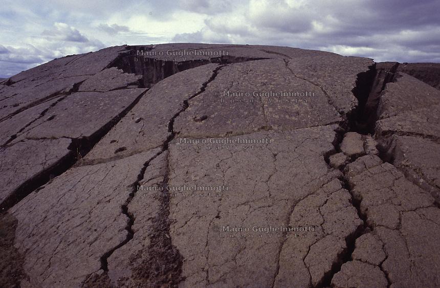 ISLANDA: paesaggio vulcanico. La superficie di una montagna spaccata dalle scosse di un'eruzione.