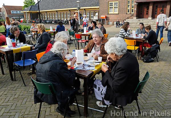 AMSTERDAM- Vrijheidsmaaltijd op het Zonneplein in Amsterdam Noord. Bevrijdingsdag. Maatijd voor, en gemaakt door, de buurtbewoners